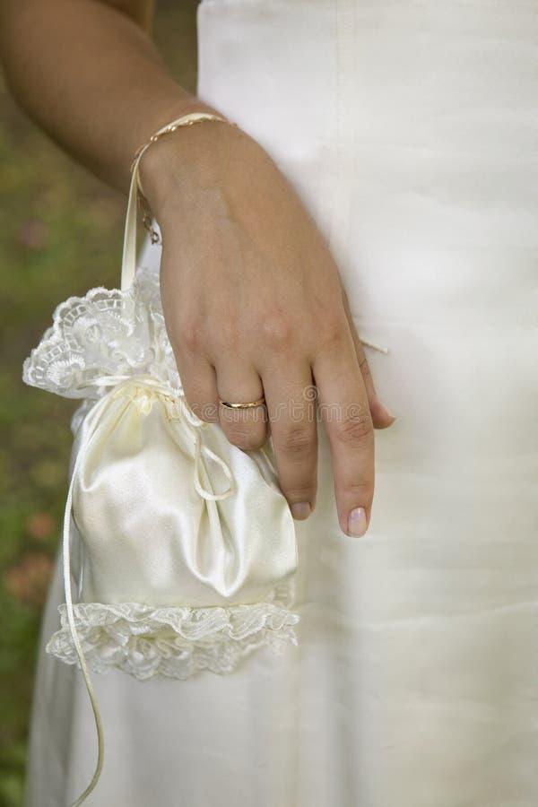 Noiva com um saco branco pequeno foto de stock royalty free