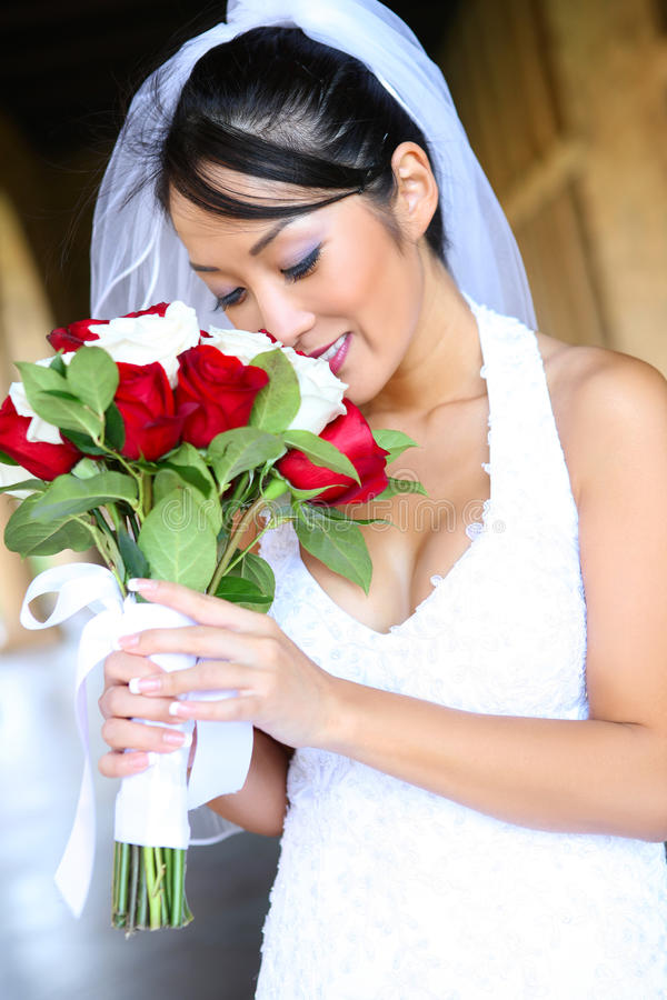 Noiva consideravelmente asiática do casamento foto de stock