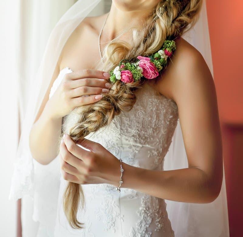 Noiva consideravelmente nova com as flores em seu cabelo imagens de stock royalty free