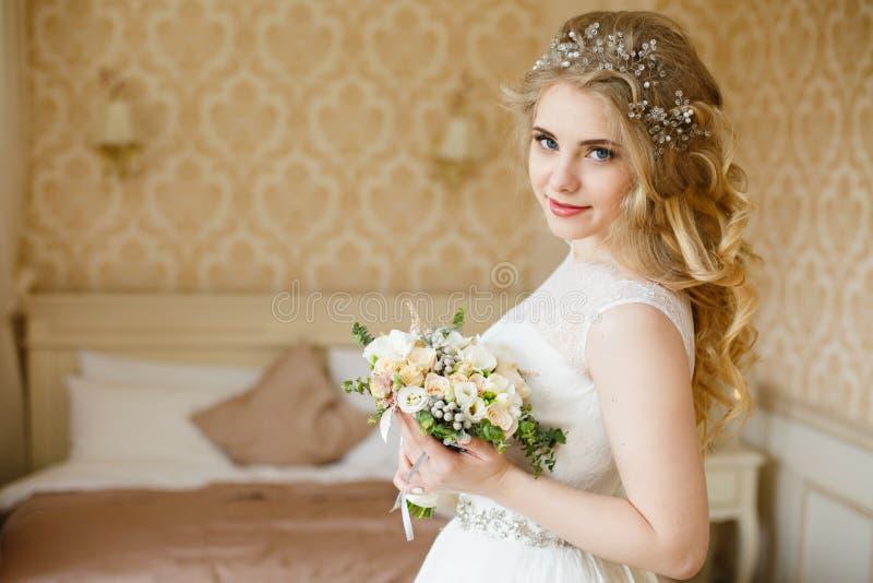 Noiva consideravelmente nova Manhã do boudoir da noiva fotos de stock