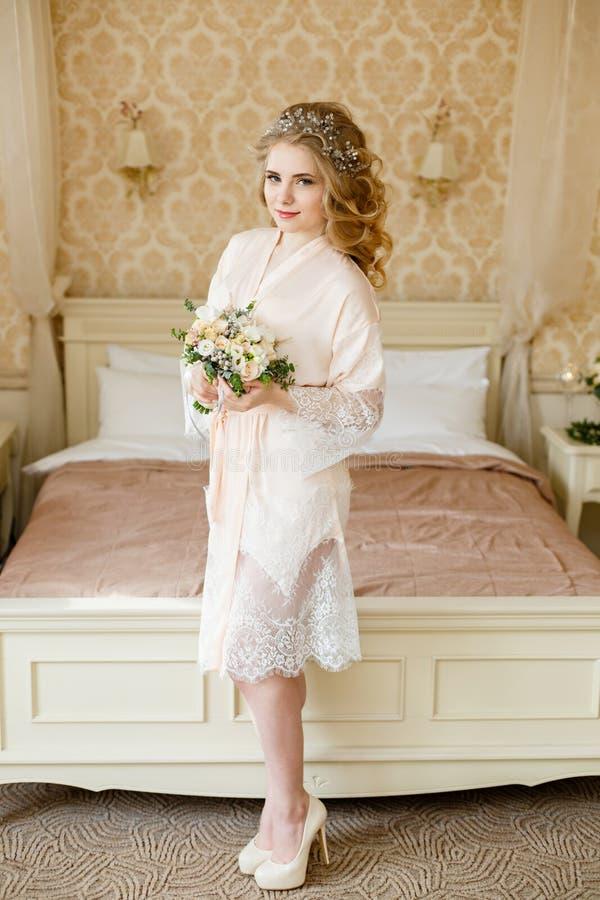 Noiva consideravelmente nova Manhã do boudoir da noiva foto de stock