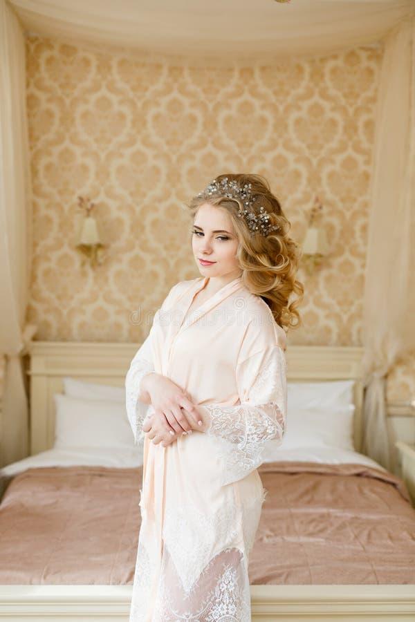 Noiva consideravelmente nova Manhã do boudoir da noiva imagens de stock