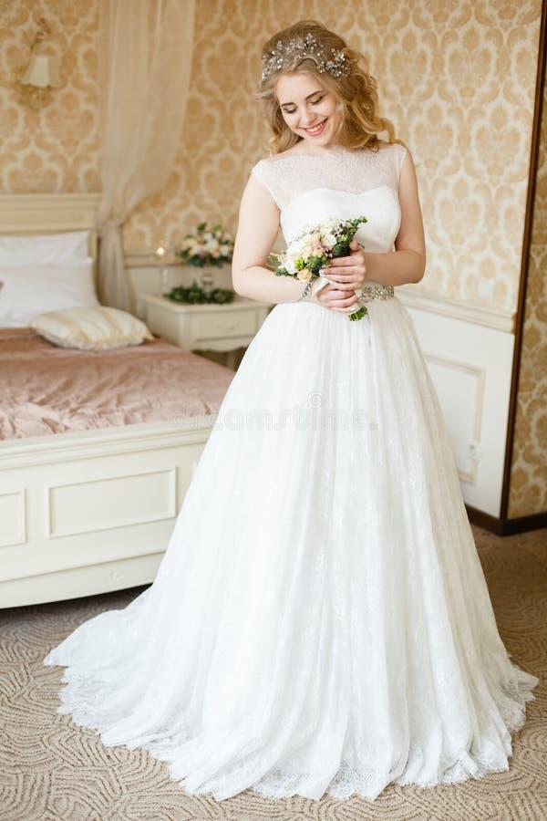 Noiva consideravelmente nova Manhã do boudoir da noiva fotografia de stock royalty free
