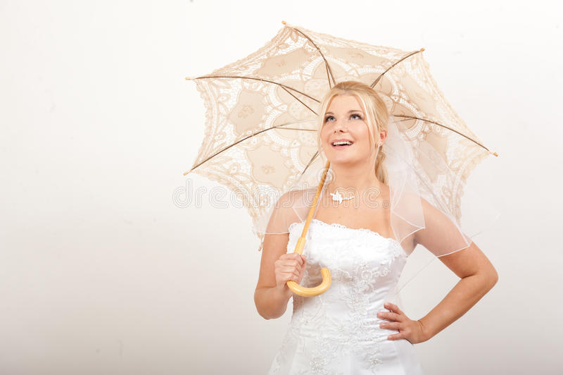 Noiva consideravelmente romântica dos jovens com guarda-chuva foto de stock royalty free