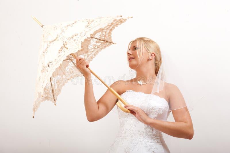 Noiva consideravelmente romântica dos jovens com guarda-chuva imagem de stock