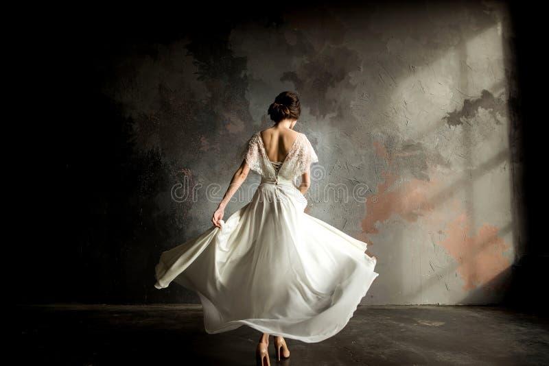 Noiva da forma do casamento com o ramalhete nas mãos imagem de stock royalty free