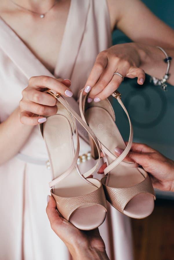 Noiva da reunião da manhã do casamento Sapatas à moda fotos de stock