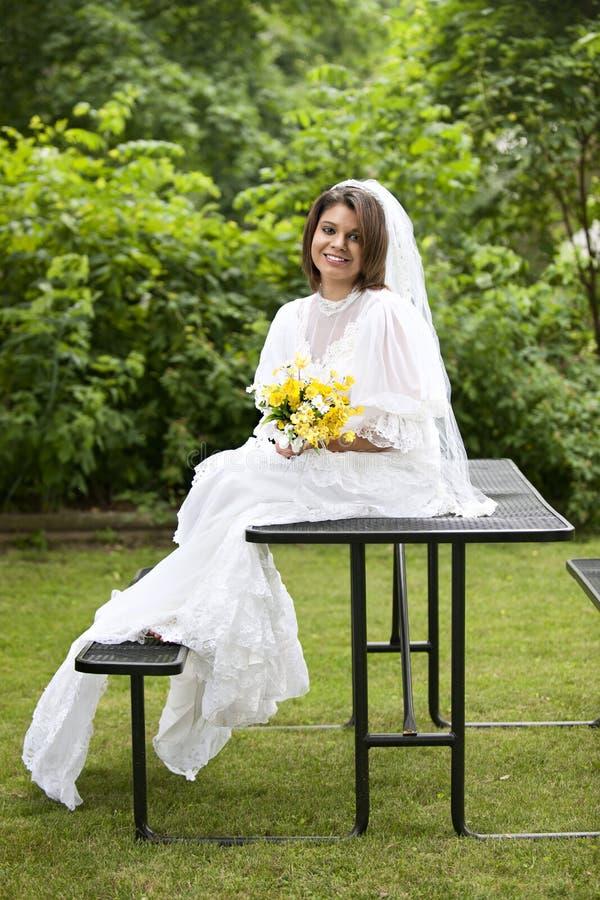 Noiva da tabela de piquenique foto de stock royalty free