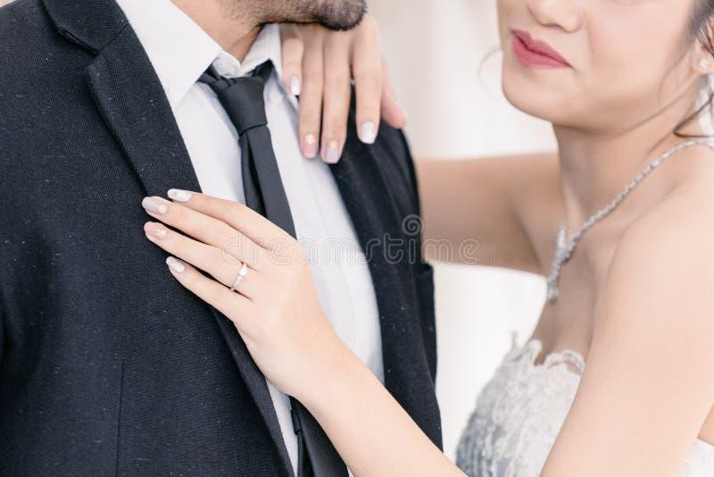 Noiva da terra arrendada do noivo com felicidade no terno do casamento imagem de stock