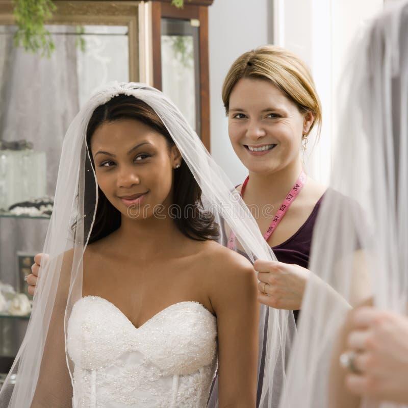Noiva de ajuda da costureira. imagens de stock