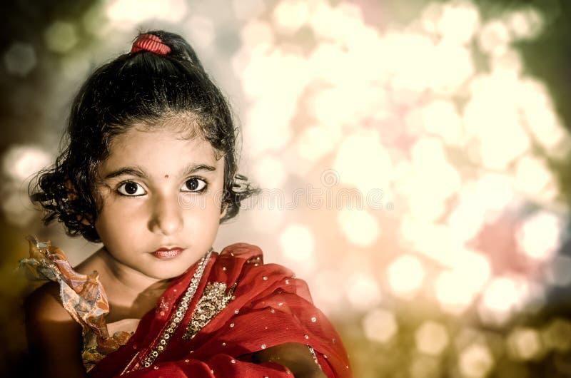 Noiva de criança da menina no saree vermelho fotos de stock