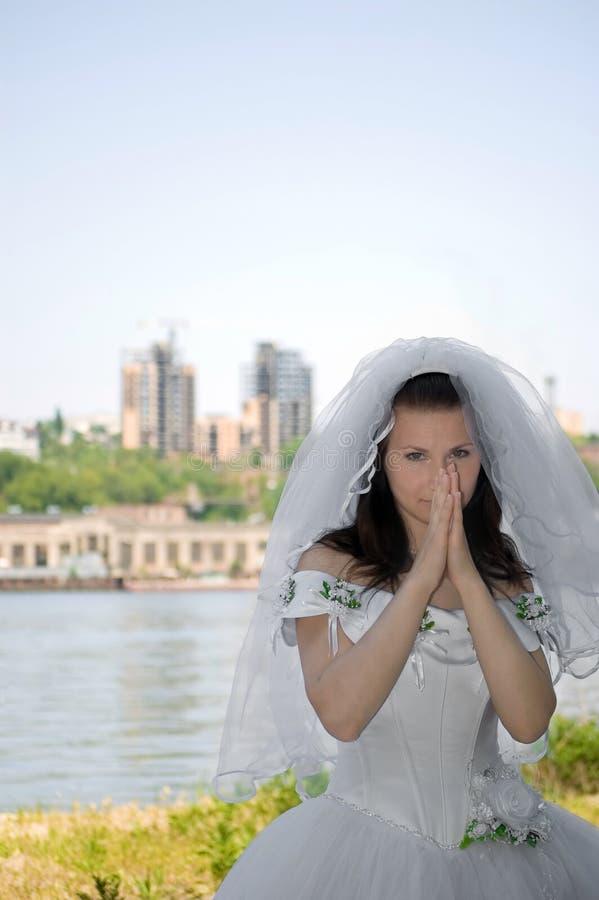 A noiva de encontro a uma cidade fotos de stock royalty free