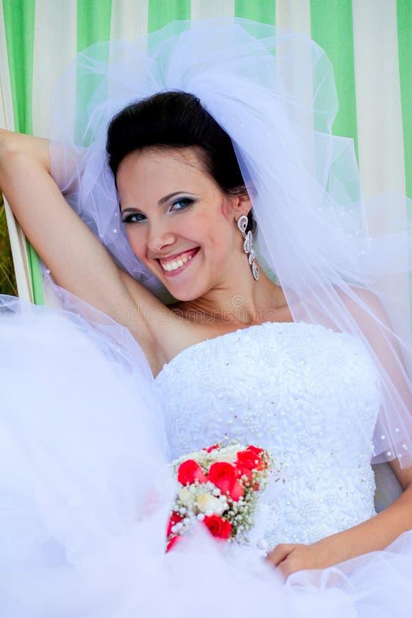 Noiva de sorriso bonita com ramalhete imagem de stock royalty free