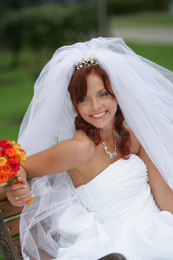 Noiva de sorriso bonita no branco imagem de stock royalty free