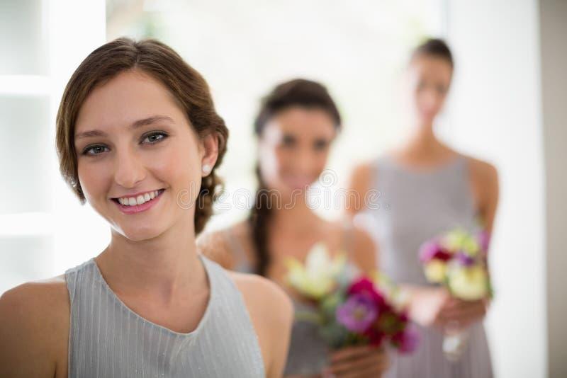 Noiva de sorriso em casa foto de stock