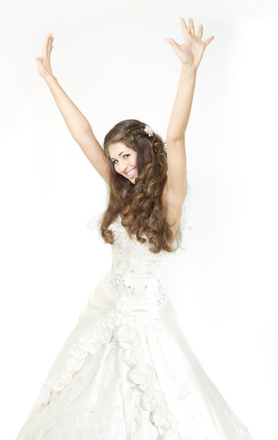 A noiva de sorriso levantou as mãos acima e o sorriso feliz. imagem de stock