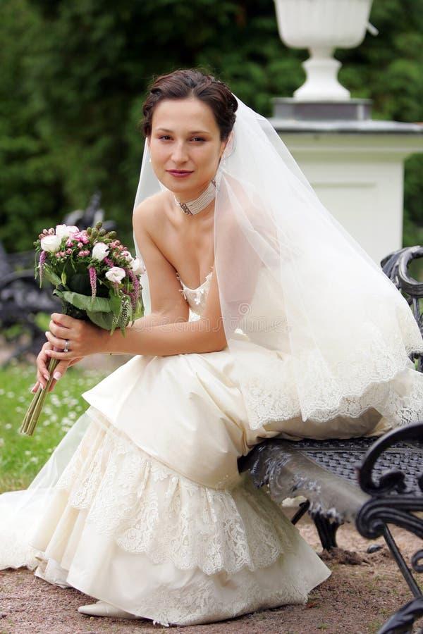 Noiva de sorriso no vestido branco fotos de stock royalty free