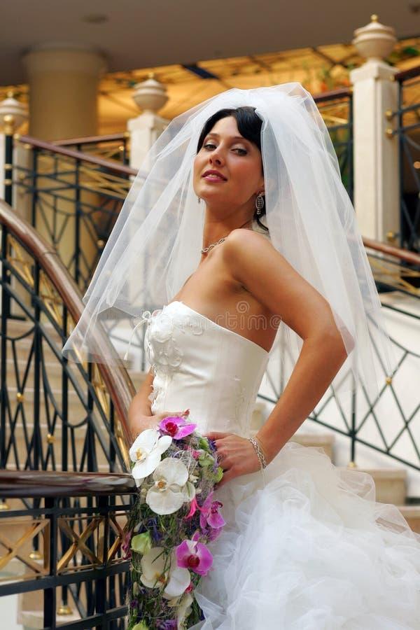 Noiva de sorriso no vestido de casamento branco imagens de stock royalty free