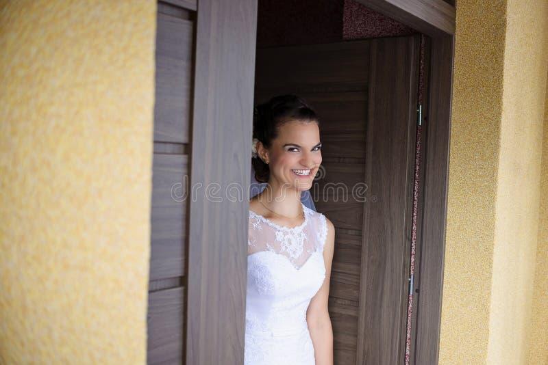 Noiva de sorriso que espera o noivo fotos de stock
