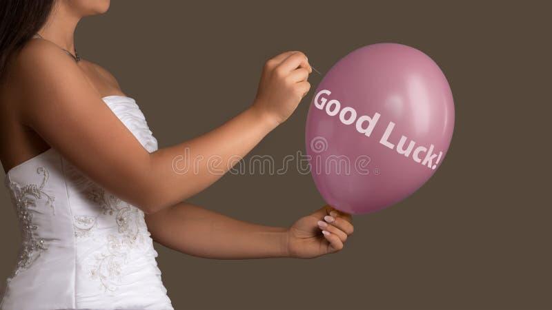 A noiva deixa um balão com o texto estourado com uma agulha imagens de stock royalty free