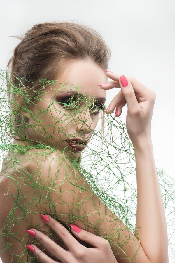Noiva despida bonita da moça dos ombros que veste a grama verde t imagem de stock