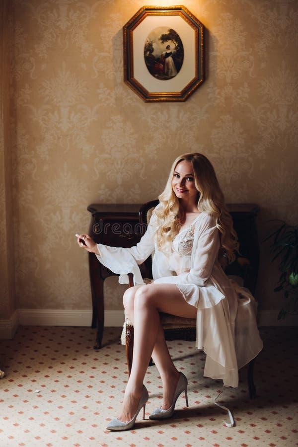 Noiva do blondie de Gorgeousl no interior luxuoso imagens de stock royalty free