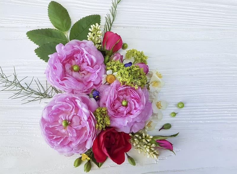 Noiva do ramalhete do wildflower do projeto da flor da camomila das rosas no fundo de madeira branco fotografia de stock