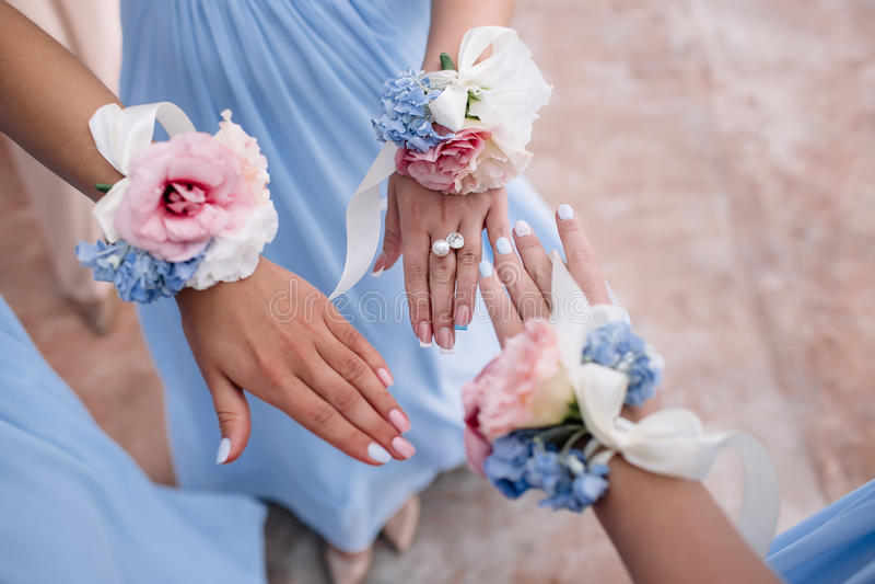 Noiva e damas de honra com os braceletes da flor nas mãos conceito da união fotografia de stock