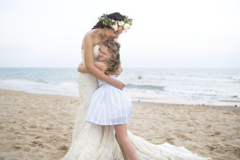 Noiva e irmã bonitas pelo mar imagens de stock royalty free