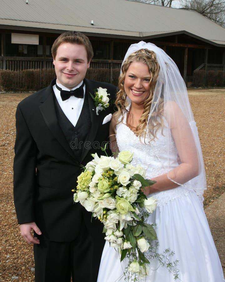 Noiva e noivo ao ar livre fotografia de stock
