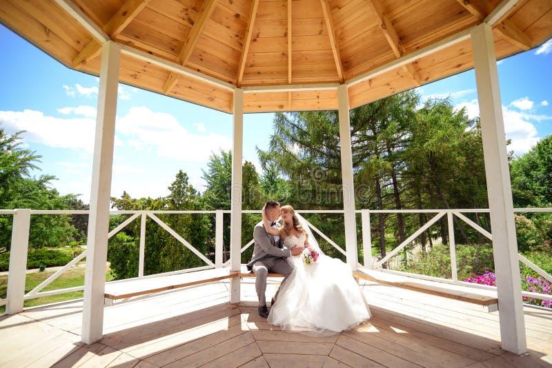 Noiva e noivo com um ramalhete fotografia de stock royalty free