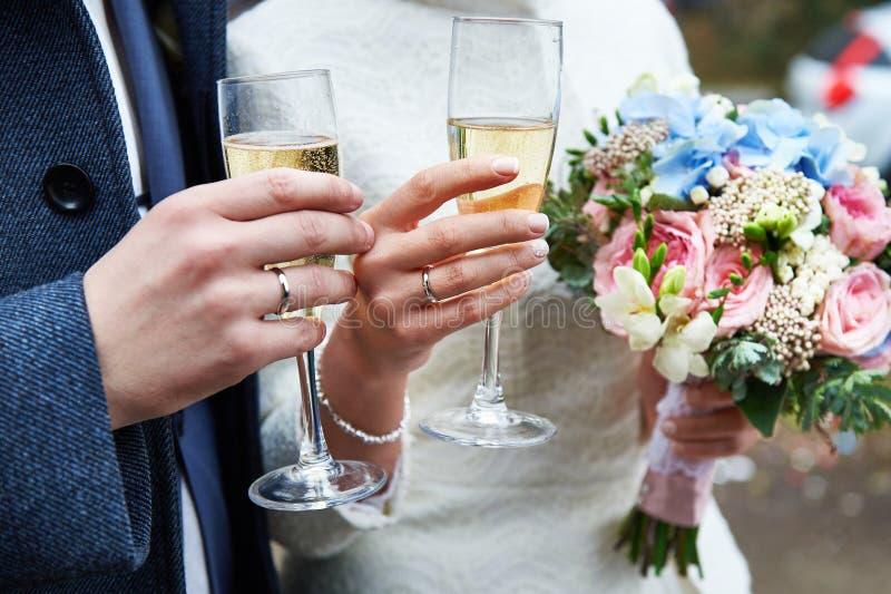 Noiva e noivo com vidros do champanhe fotos de stock