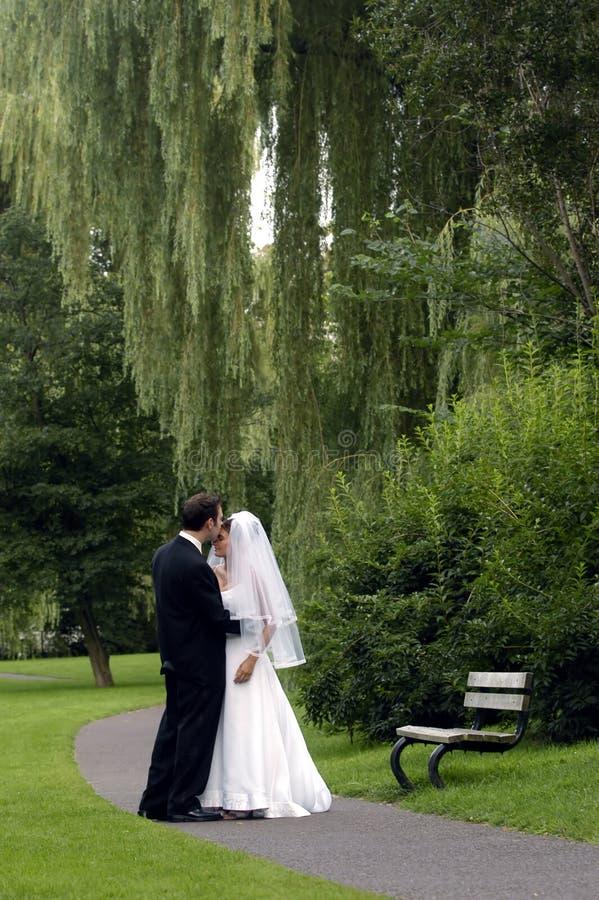 Noiva e noivo em um parque