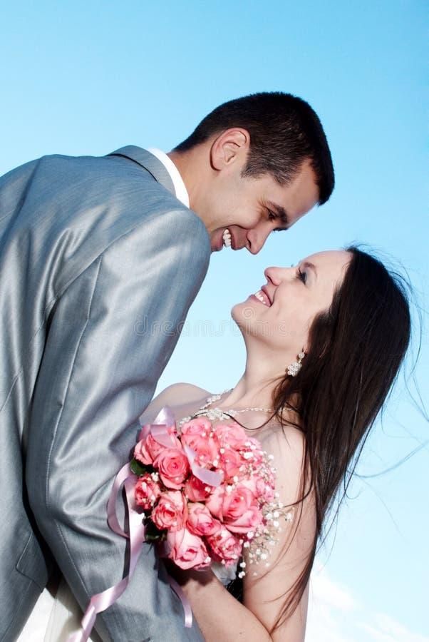 Noiva e noivo felizes em seu dia do casamento imagens de stock