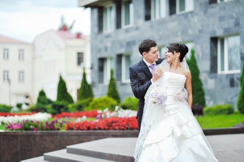 Noiva e noivo felizes em um parque. Pares do casamento foto de stock
