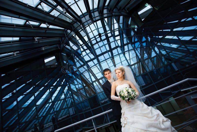 Noiva e noivo modernos fotos de stock