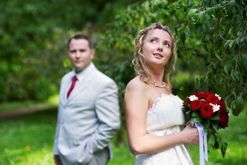 Noiva e noivo na caminhada do casamento fotografia de stock