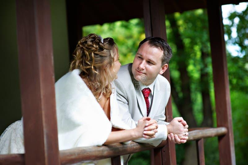 Noiva e noivo na casa do estilo de japão imagem de stock