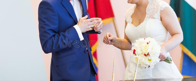 Noiva e noivo na cerimónia de casamento foto de stock royalty free