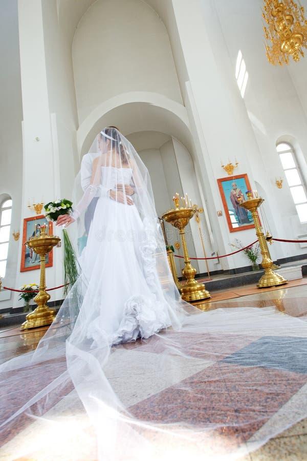 Noiva e noivo na igreja fotos de stock