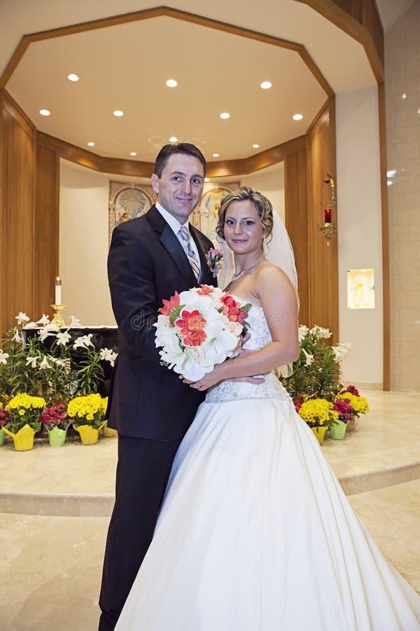 Noiva e noivo na igreja imagens de stock