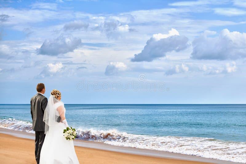 Noiva e noivo na praia foto de stock