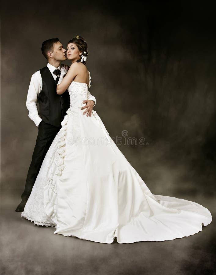 Noiva e noivo no fundo escuro. Pares do casamento fotos de stock