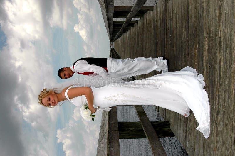 Noiva e noivo no passeio à beira mar foto de stock royalty free