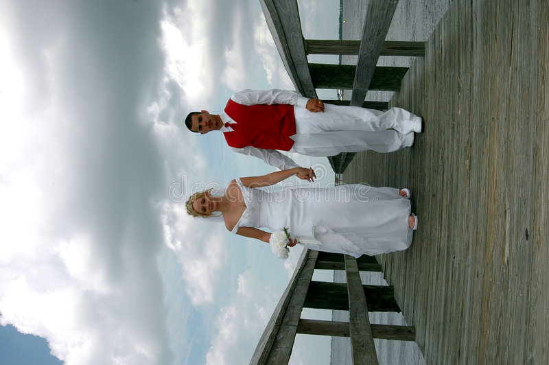 Noiva e noivo no passeio à beira mar imagens de stock