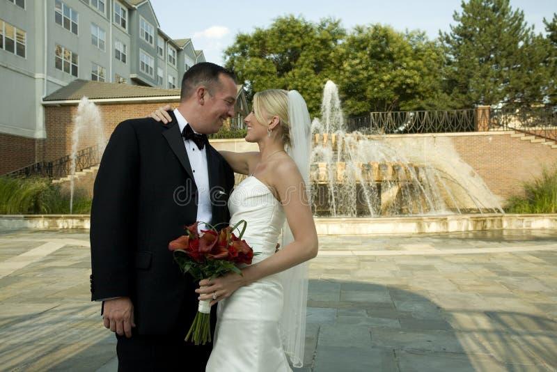 Noiva e noivo pela fonte de água foto de stock