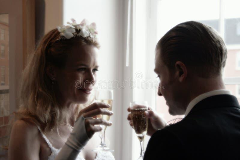 Noiva e noivo que brindam o campo fotos de stock royalty free