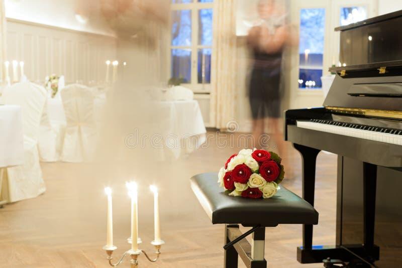 Noiva e noivo que dançam a primeira dança foto de stock