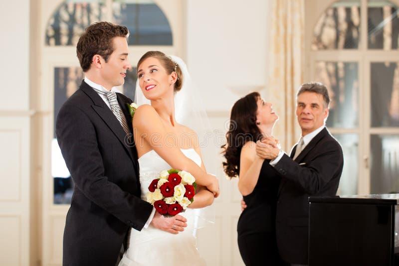 Noiva e noivo que dançam a primeira dança imagens de stock royalty free