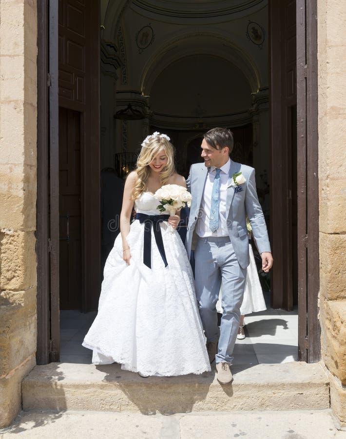Noiva e noivo que saem da igreja imagens de stock